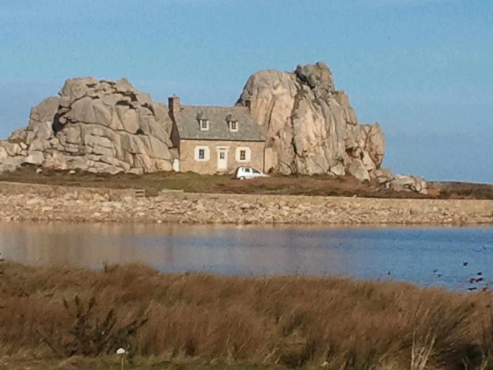 Castel meur plougrescant 22820 c tes d 39 armor 22 - Maison entre deux rochers ...