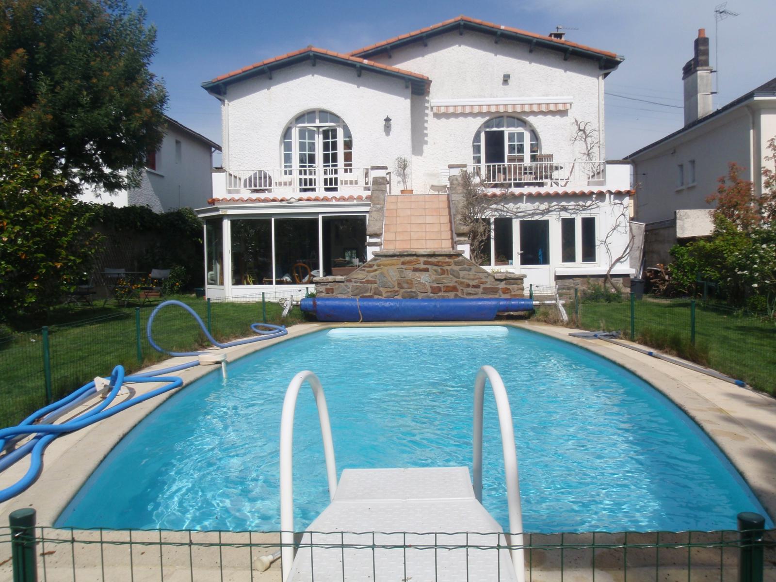 Villa corot nantes 44000 loire atlantique 44 for Villa avec jardin et piscine