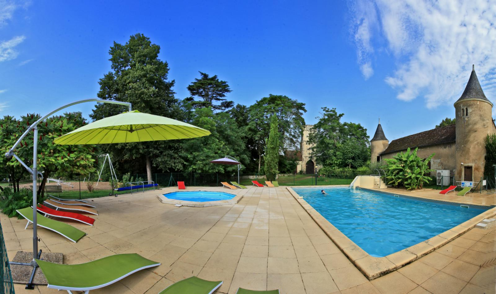 Castel Camping Le Petit Trianon hébergement futuroscope piscine chauffée