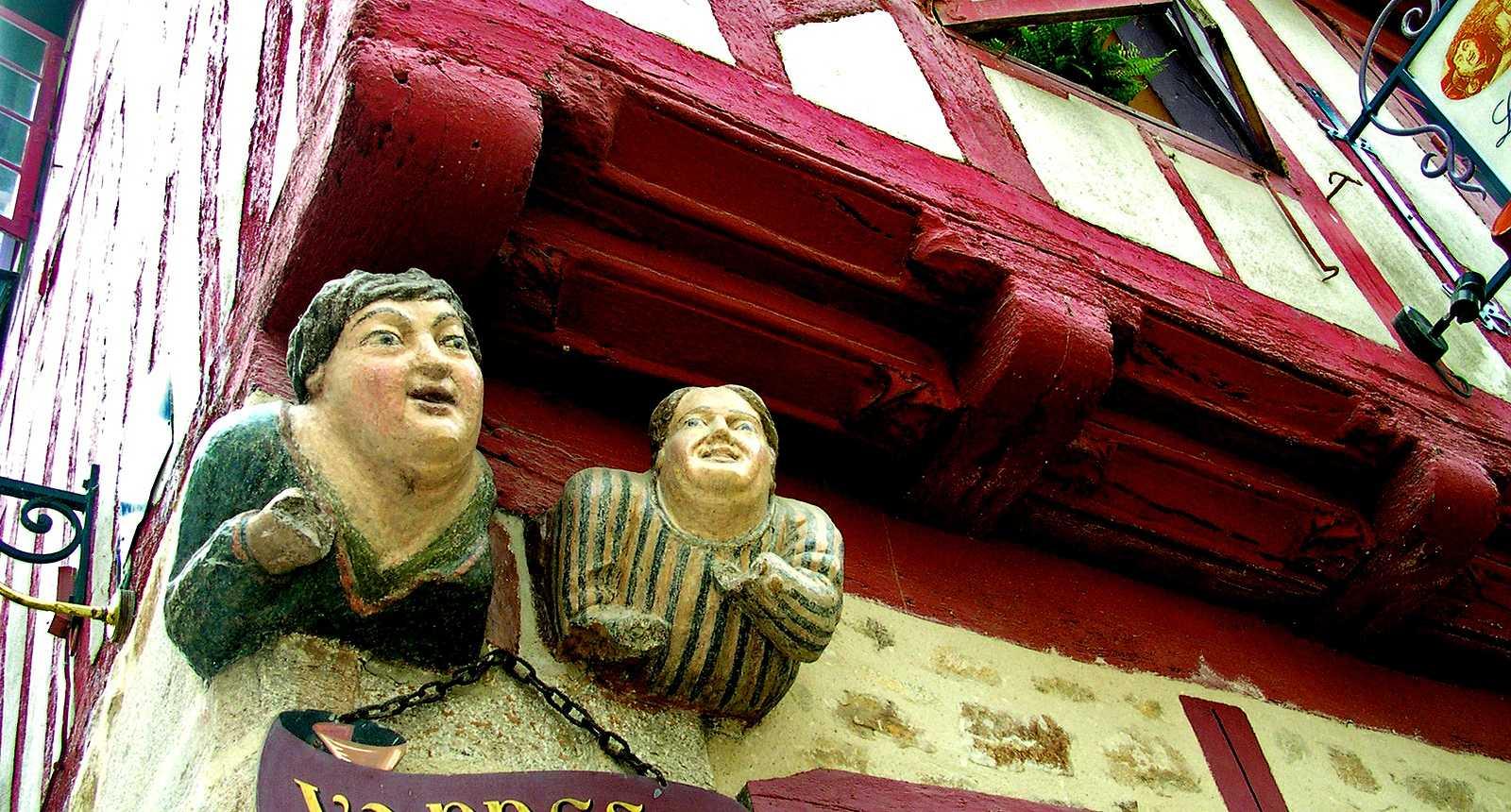 """L'enseigne """"Vannes et sa femme"""" à l'angle de la rue Noé de Vannes"""
