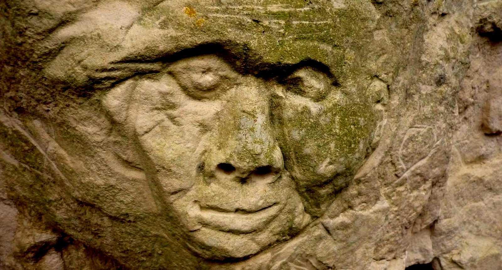 Visage sculpté dans le tuffeau à Crissay-sur-Manse