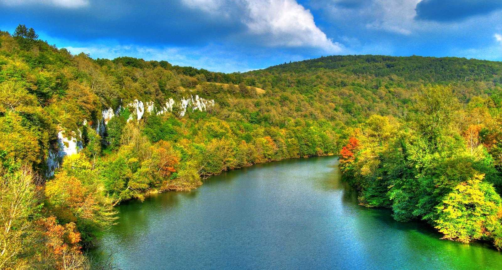 http://photos.tourisme-en-france.com/petitesregions/franche-comte/lacs-et-petite-montagne/5_gorges-de-l-ain-en-automne.jpg