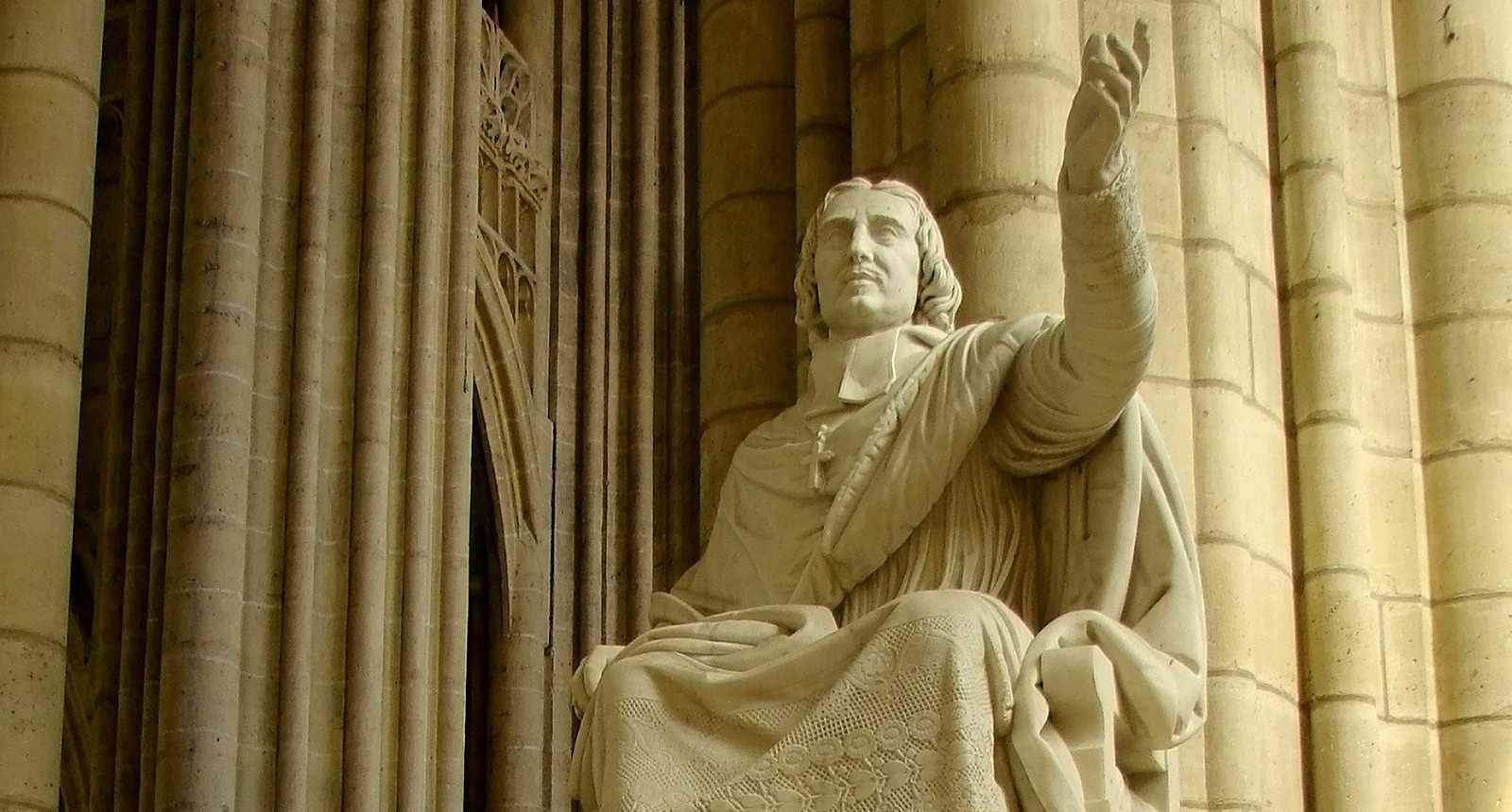 La statue de Bossuet à la Cathédrale Saint-Etienne de Meaux