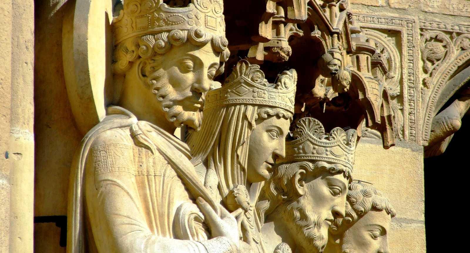 Sculptures sur la façade de Notre-Dame de Paris