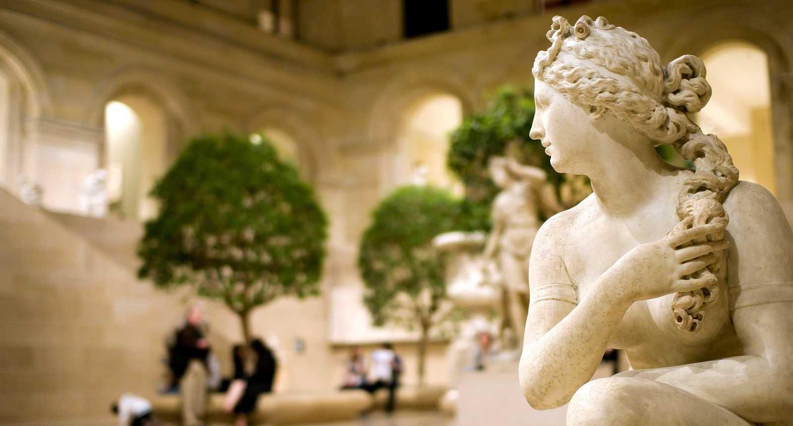 Sculpture dans la cours intérieur du Musée du Louvre