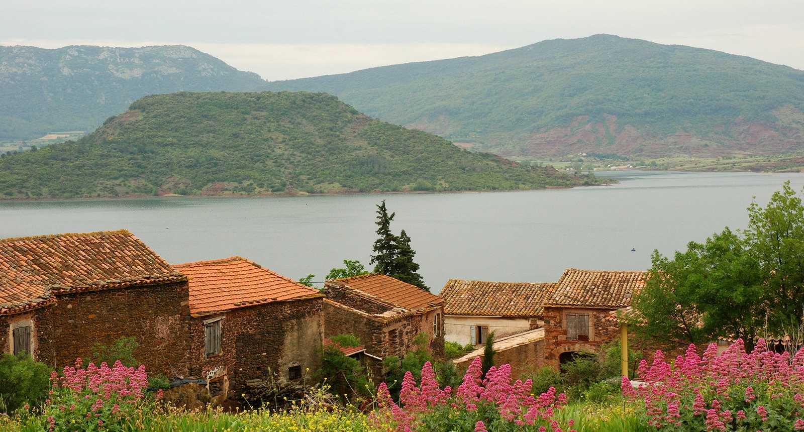 Le Hameau des Vailhès au bord du Lac du Salagou