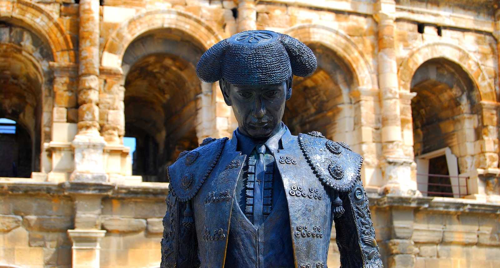Statue de Nimeno II devant les Arènes de Nîmes