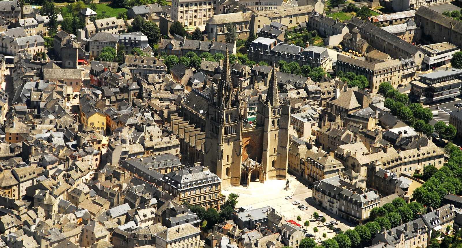 Vue aerienne sur la cathedrale et la ville de Mende (48000, Lozere, 48)