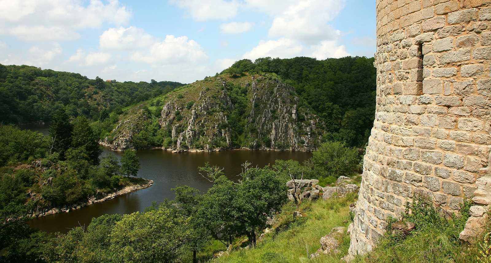 La Creuse au pied de la tour du château en ruines de Crozant