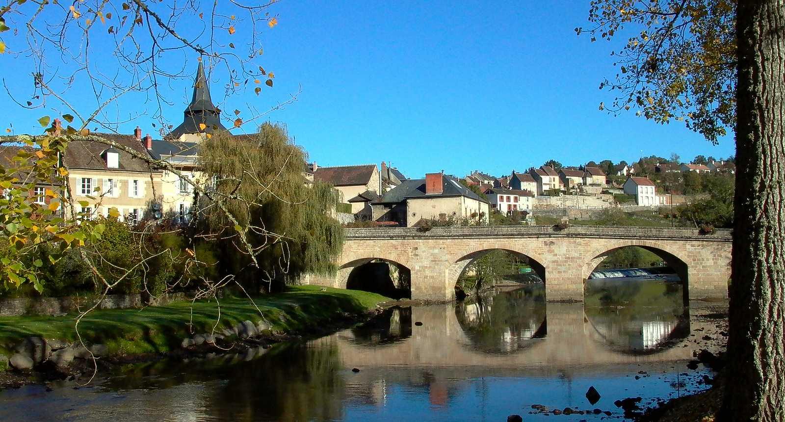 Vue sur le pont et la ville de La Celle-Dunoise