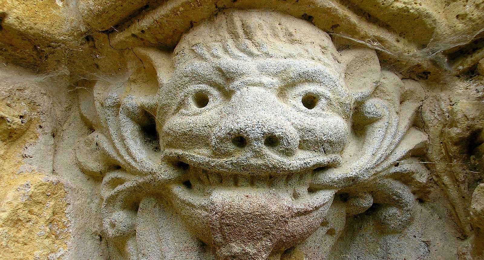 """L'""""Homme-vert"""" de la façade de l'église Saint-Pardoux d'Arnac-Pompadour"""