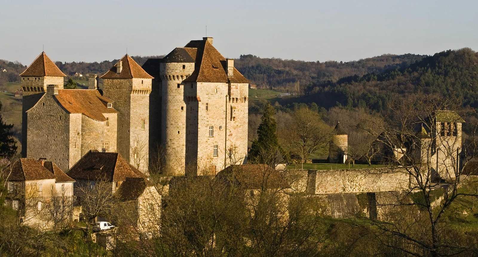 Le Château de Plas et l'église de Curemonte