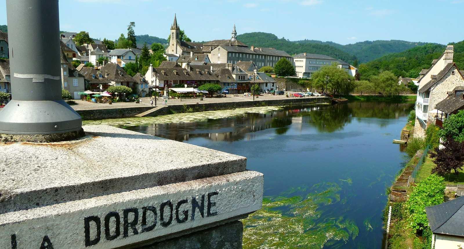 Aperçu de la Dordogne et de la ville d'Argentat