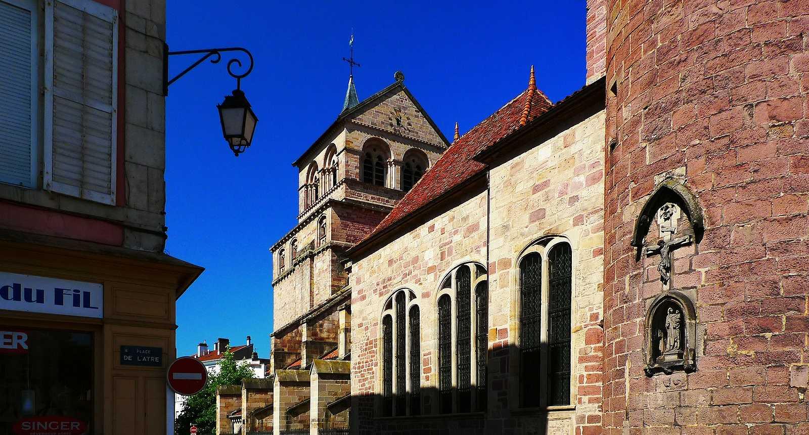 Dans la rue à l'ombre de l'église Saint-Maurice d'Epinal