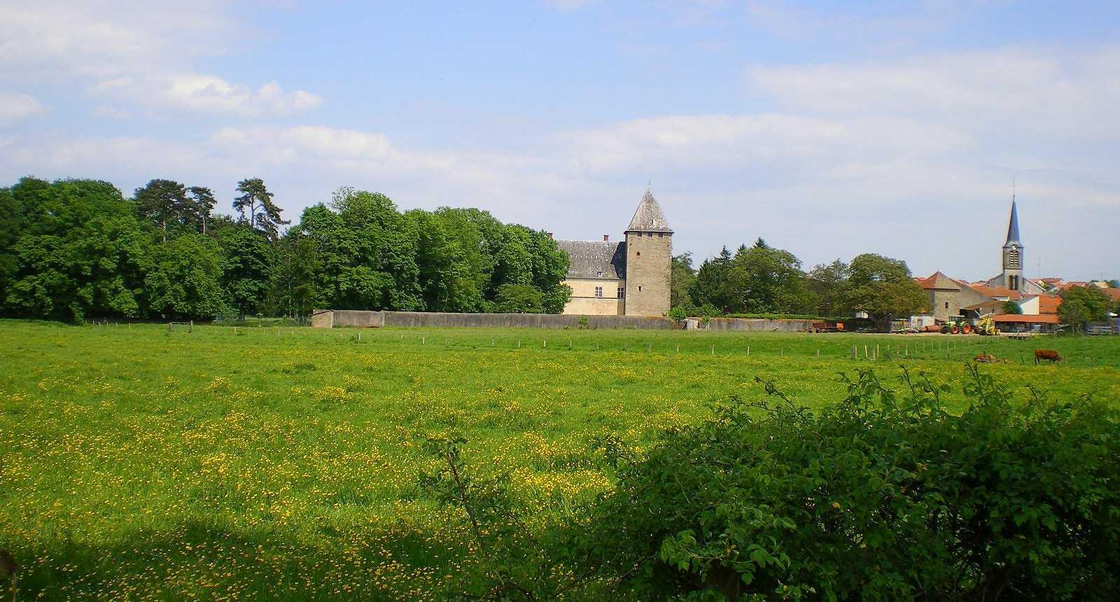 Le château et l'église du bourg de Fléville