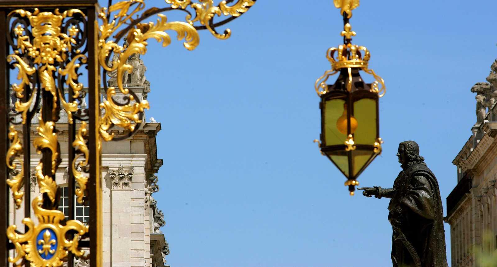 Les grilles dorées et la statue centrale de la Place Stanislas à Nancy