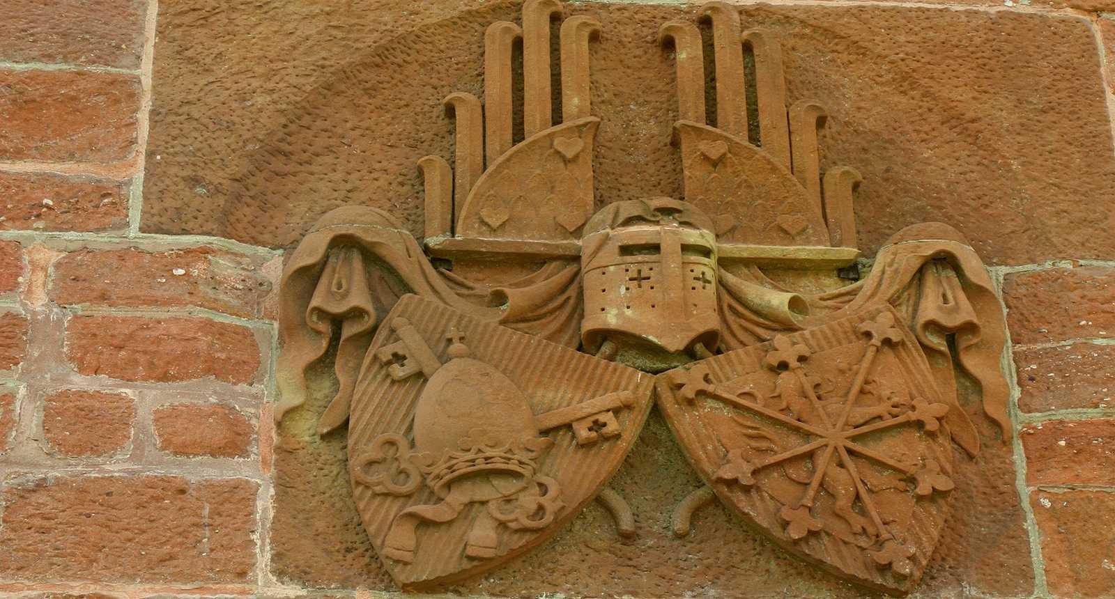 Portail sculpté de la Chapelle Saint-Léon du Rocher de Dabo