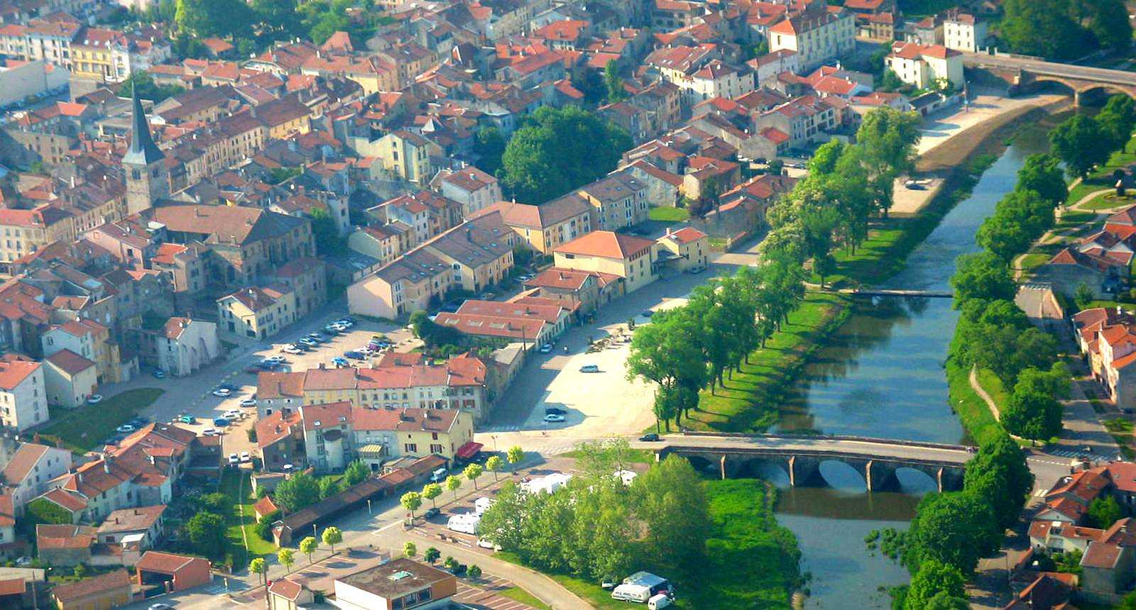 Vue aérienne de la ville de Mirecourt