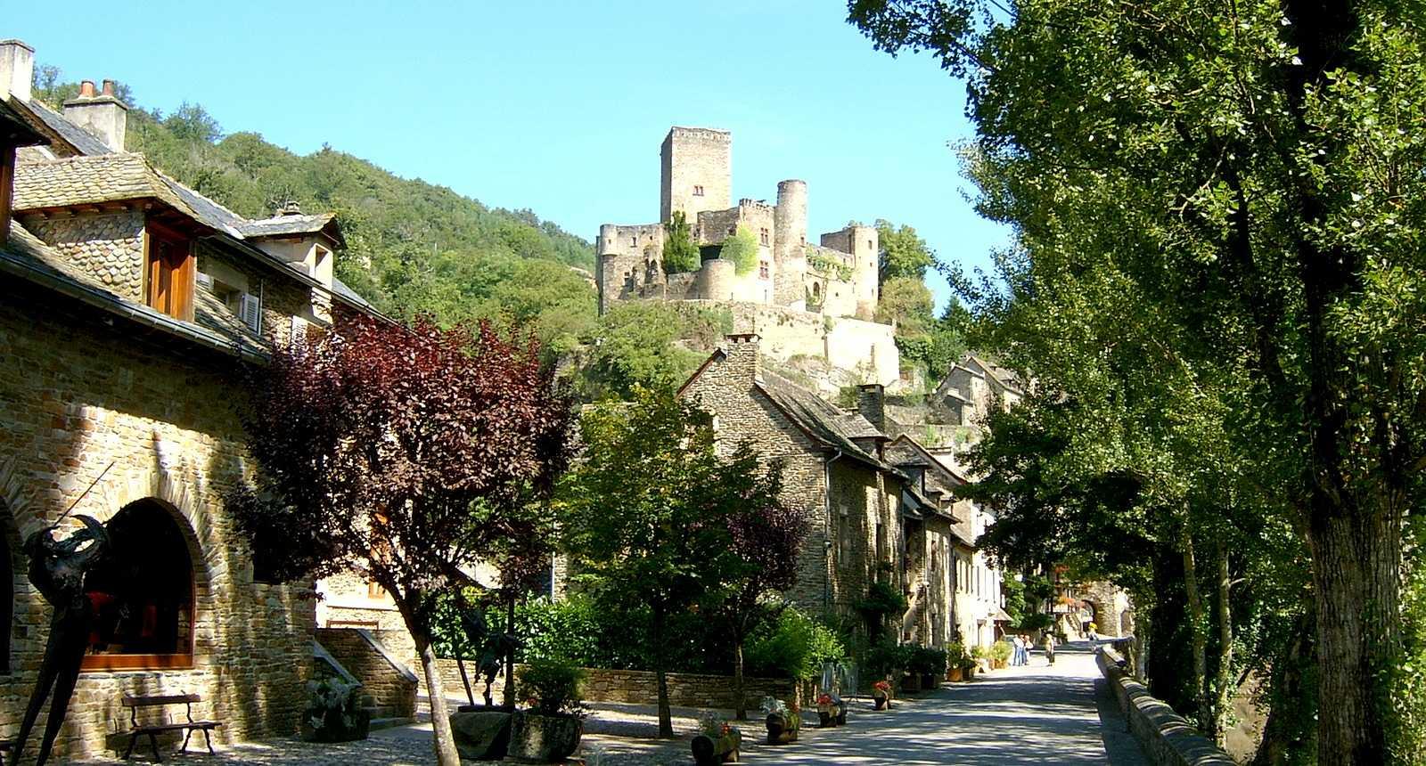 Vue sur le Château de Belcastel depuis une rue du village