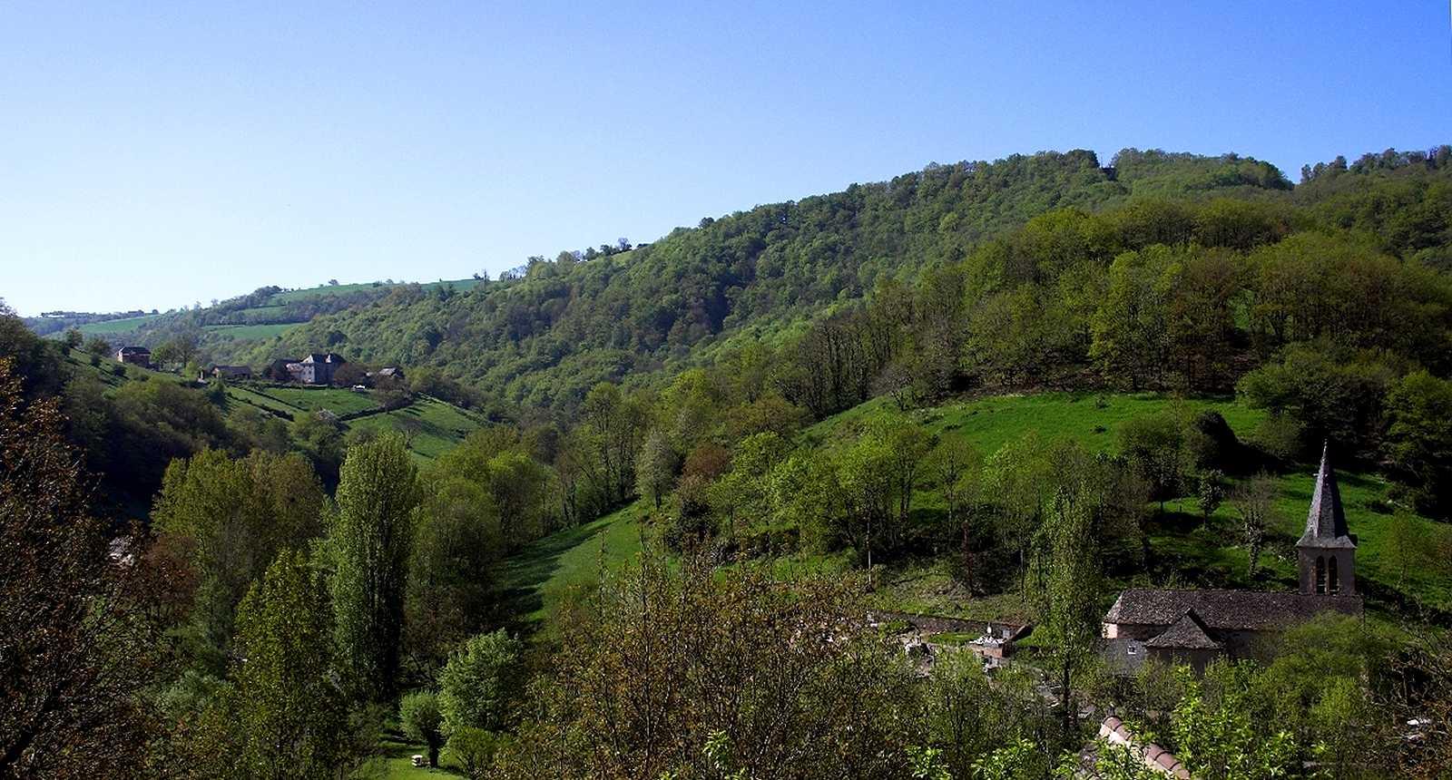 Le clocher de Belcastel et les collines alentours