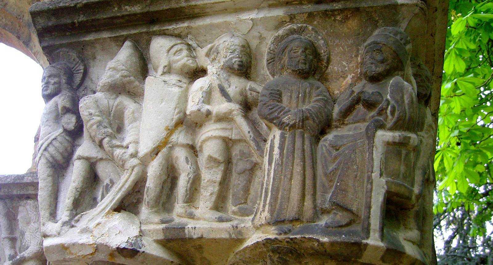 Chapiteau du cloître Saint-Sever au Jardin Massey de Tarbes