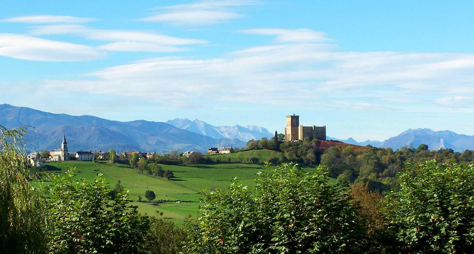 Panorama sur le village et le Château de Mauvezin