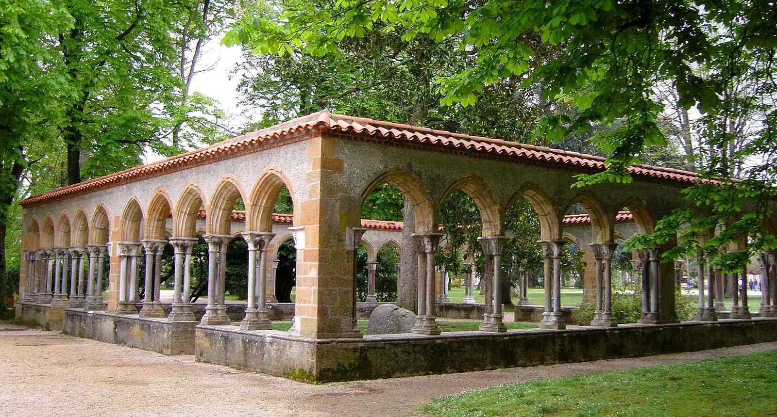 Le cloître de l'Abbaye de Saint-Sever au coeur du Jardin Massey de Tarbes