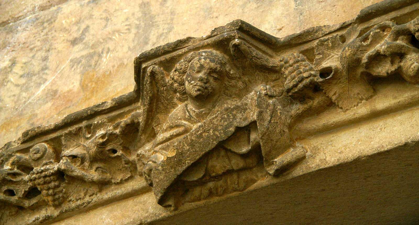 Détail d'une frise sculptée à Gourdon