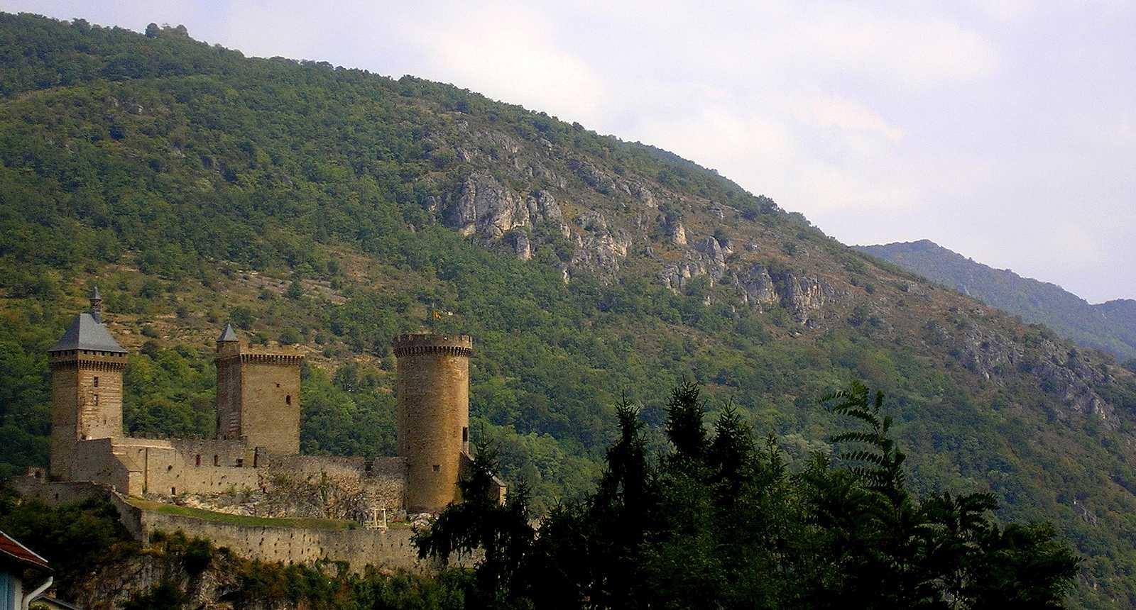 Le Château de Foix, perché sur la montagne