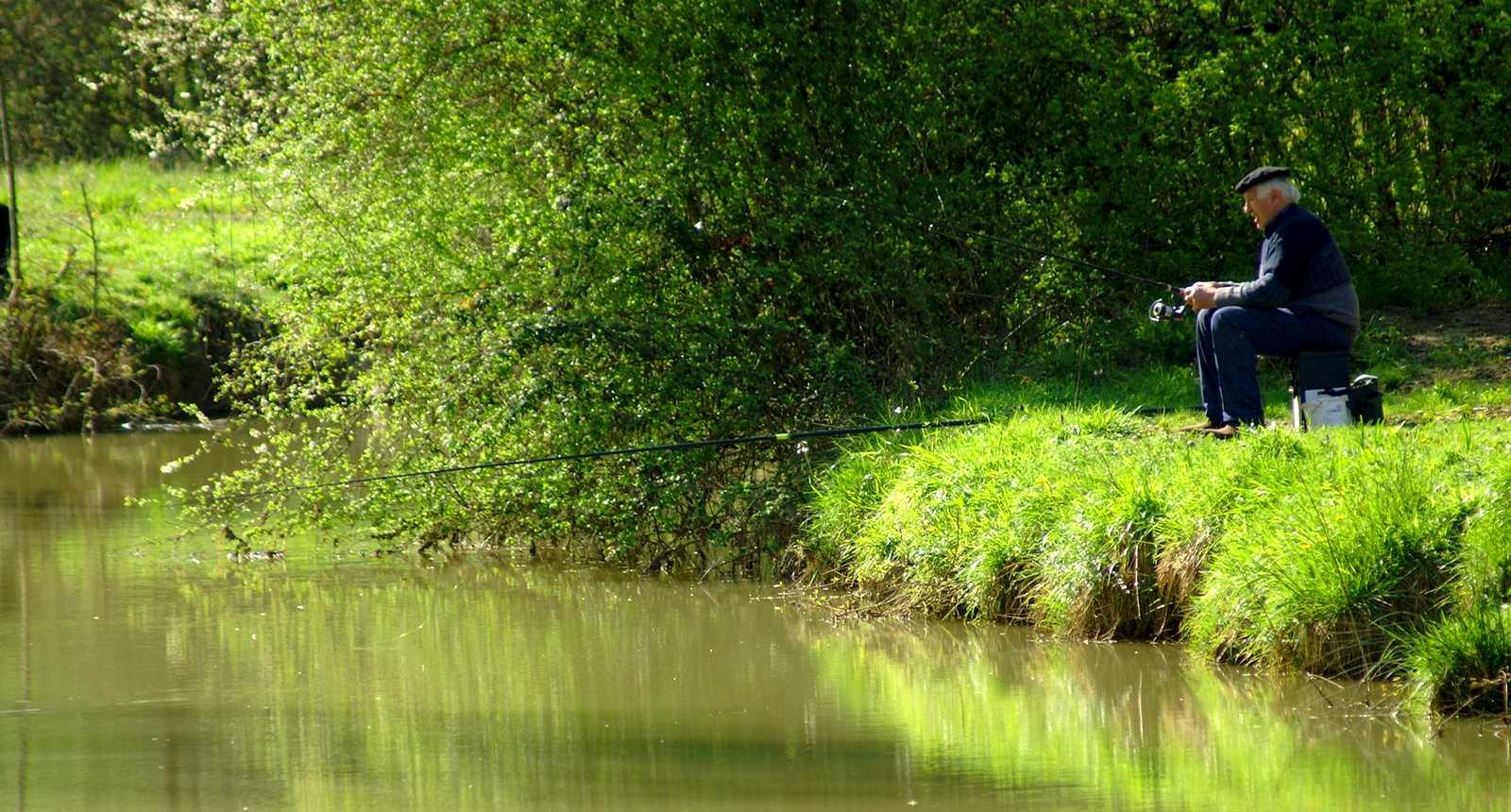 Pêcheur au bord de la rivière Auzoue, près de Fourcès