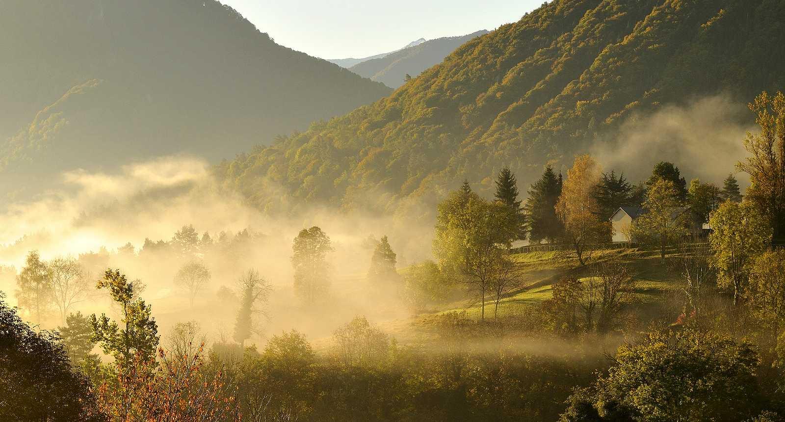 Brumes matinales aux alentours de la ville de Seix