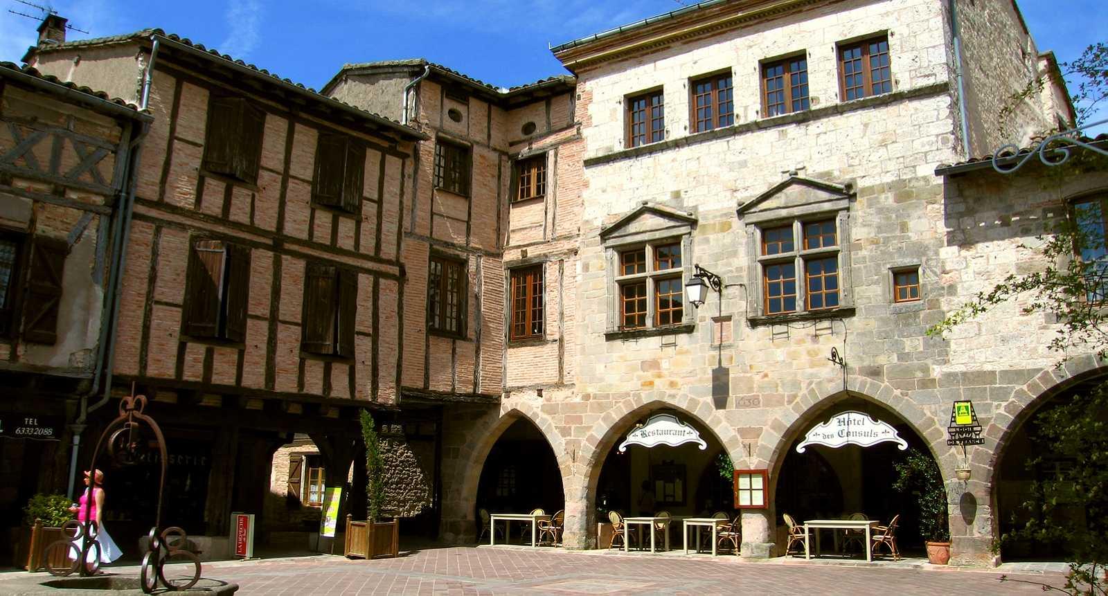 La place principale du village de Castelnau-de-Montmiral