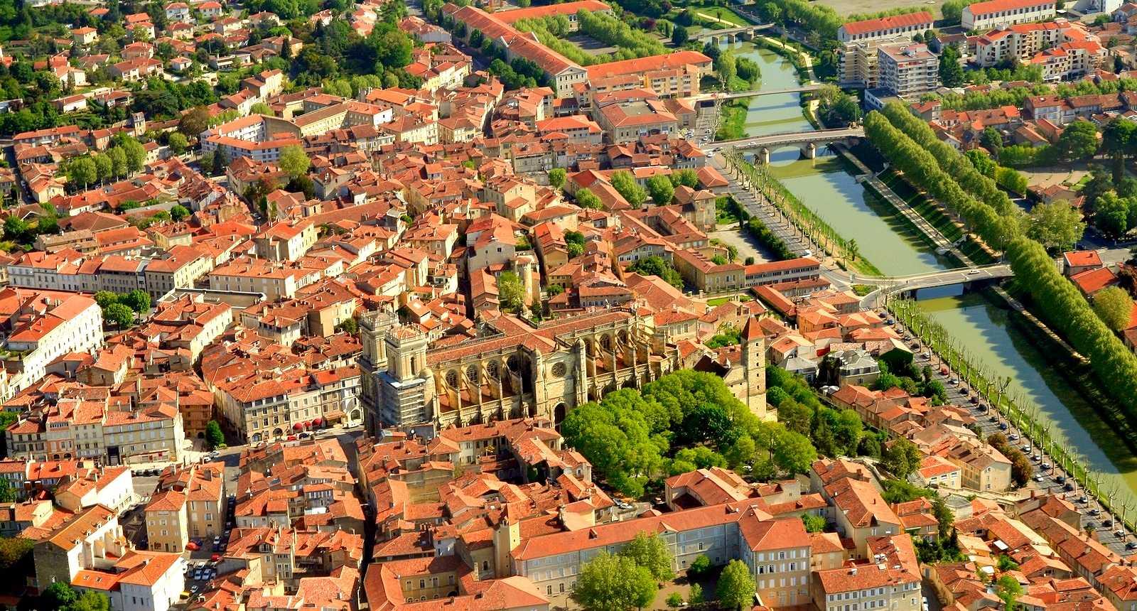 Vue aérienne d'Auch et de la Cathédrale Sainte-Marie