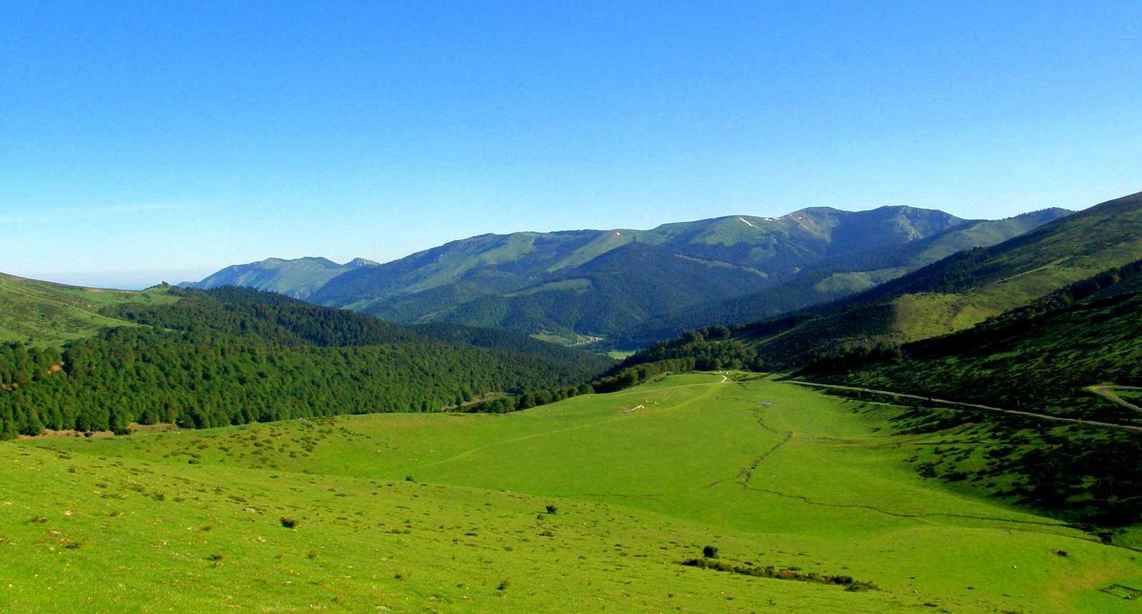Les crêtes le long de la vallée de Campan, à Payolle