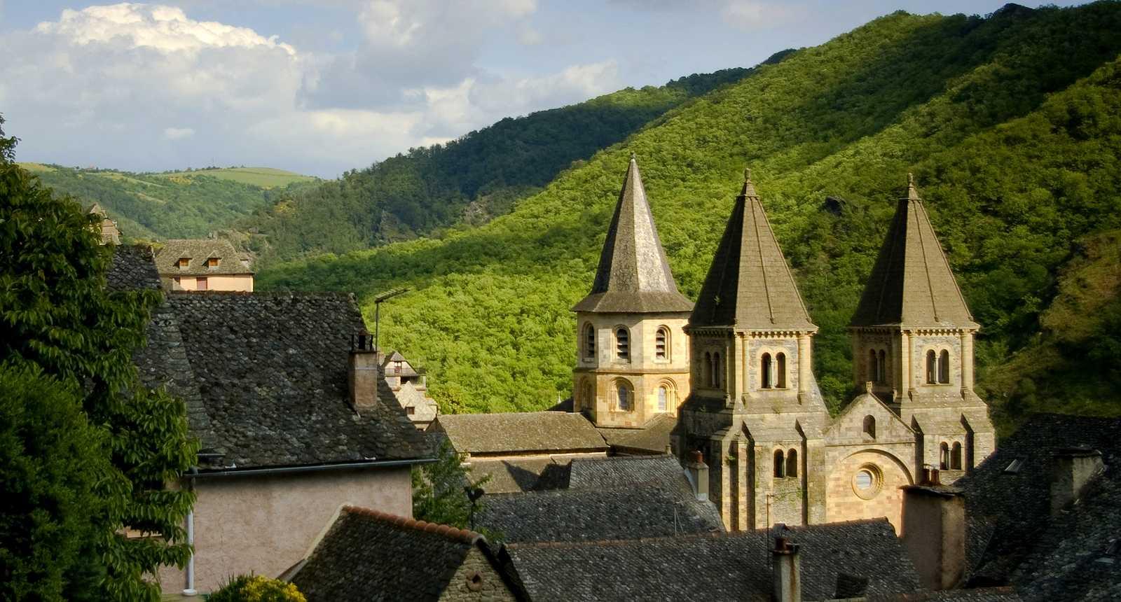 Vue sur les toits de Conques et son abbaye