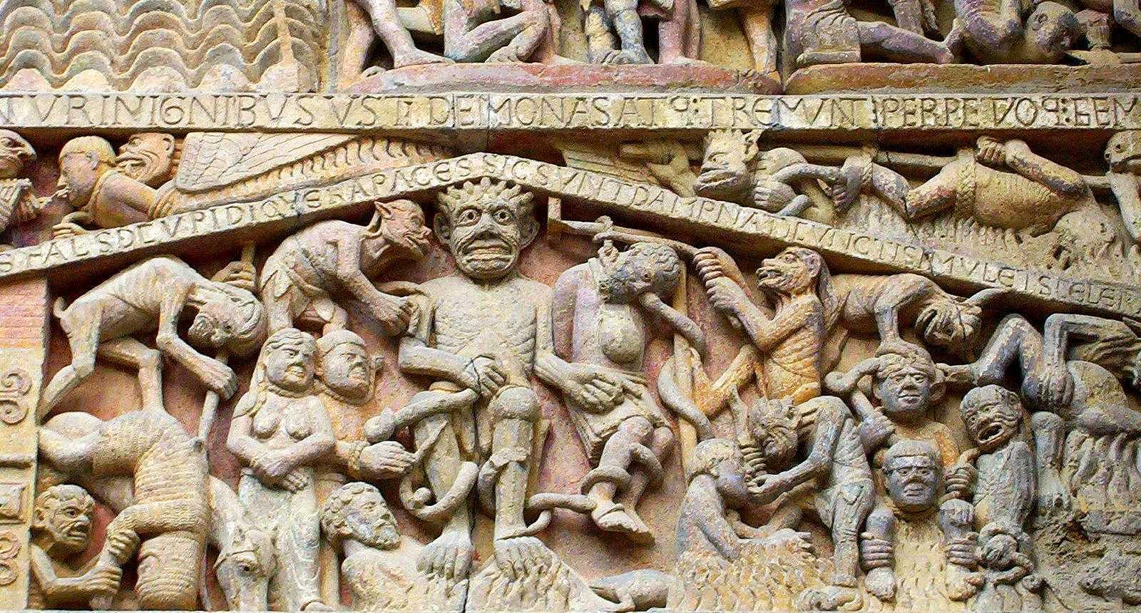 Détail du tympan sculpté de l'Abbaye de Conques