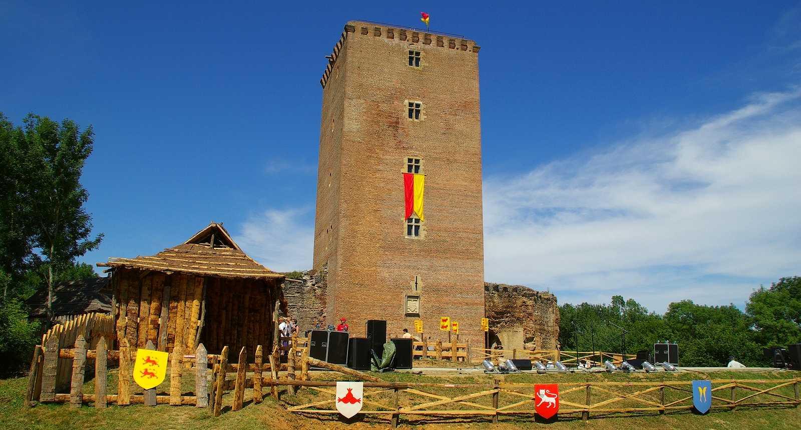 Le Château de Montaner décoré pour les Médiévales