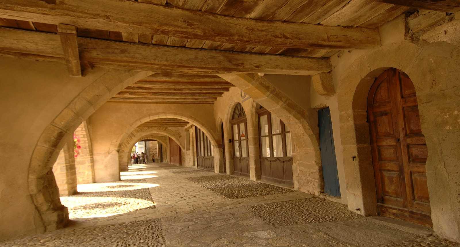 La Place des Arcades à Sauveterre-de-Rouergue