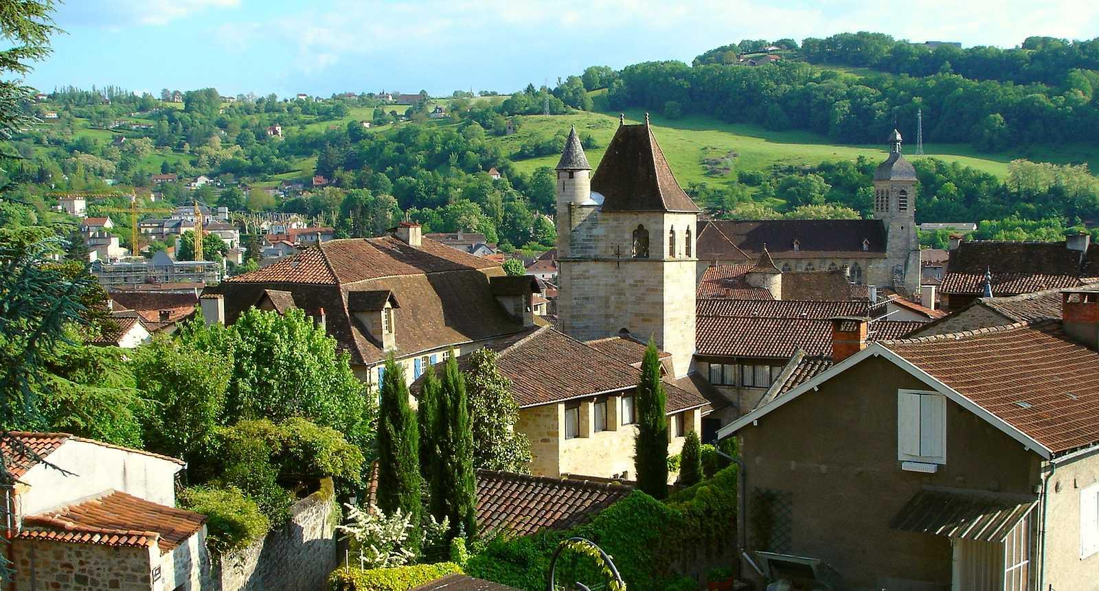 Vue sur les toits et l'église Notre-Dame de Figeac