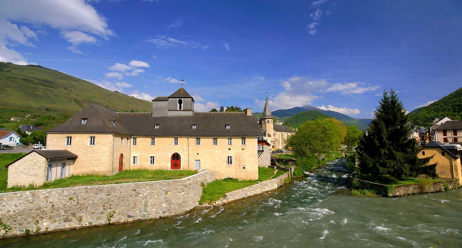 Le village d'Arreau traversé par la rivière