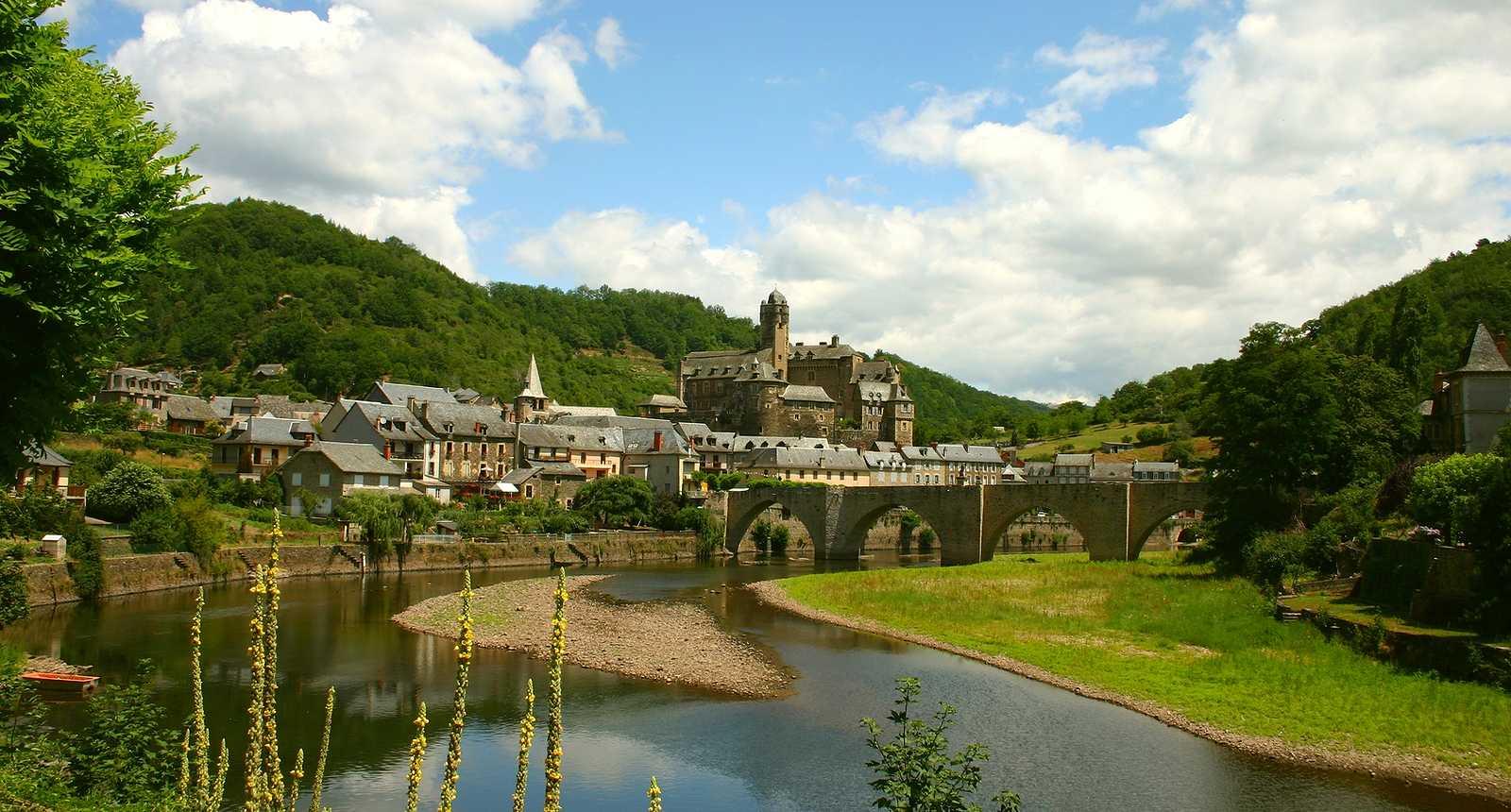 Vue sur Estaing, le pont et le château