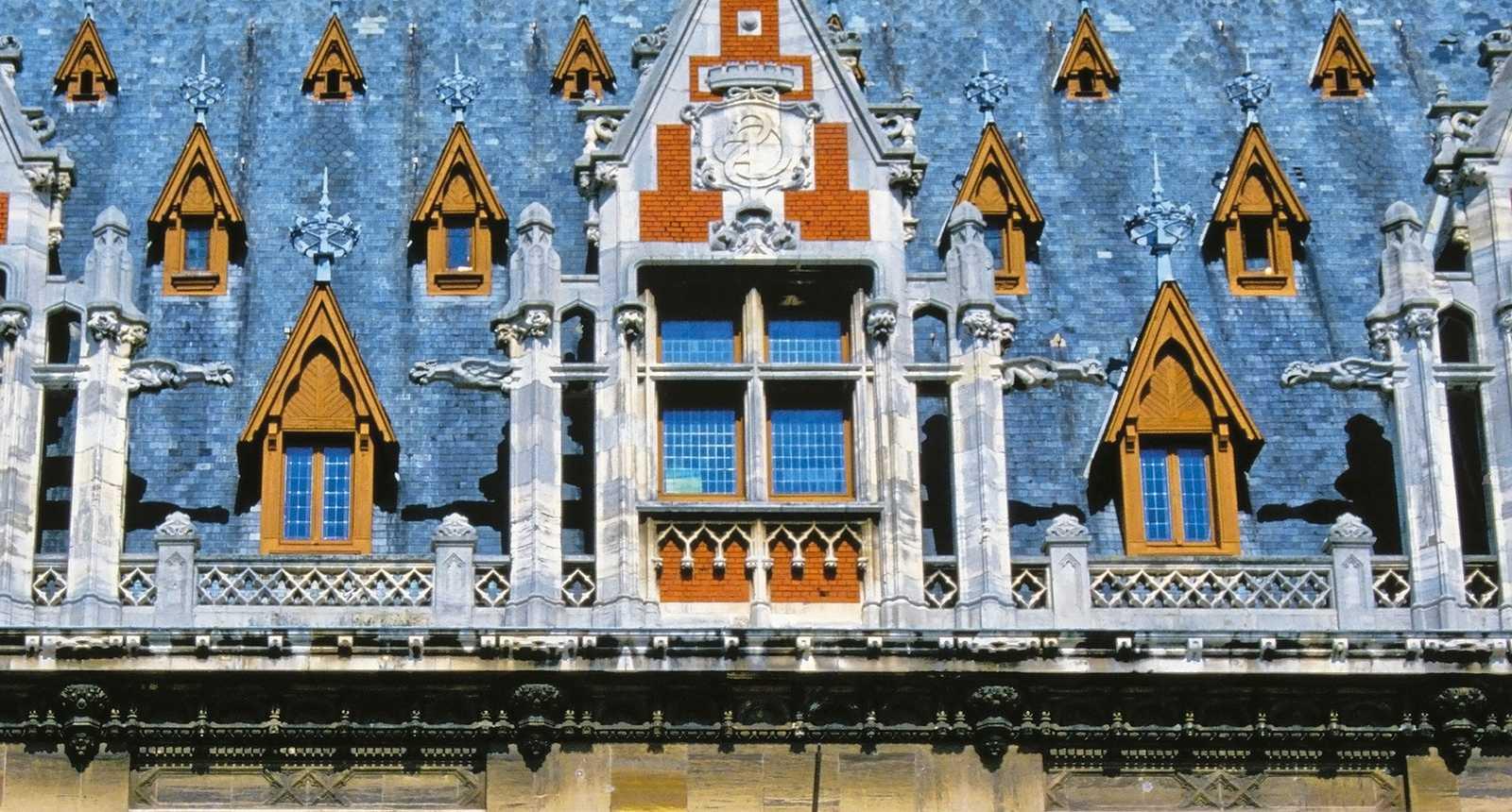 Détail de la toiture de l'Hôtel de Ville de Calais