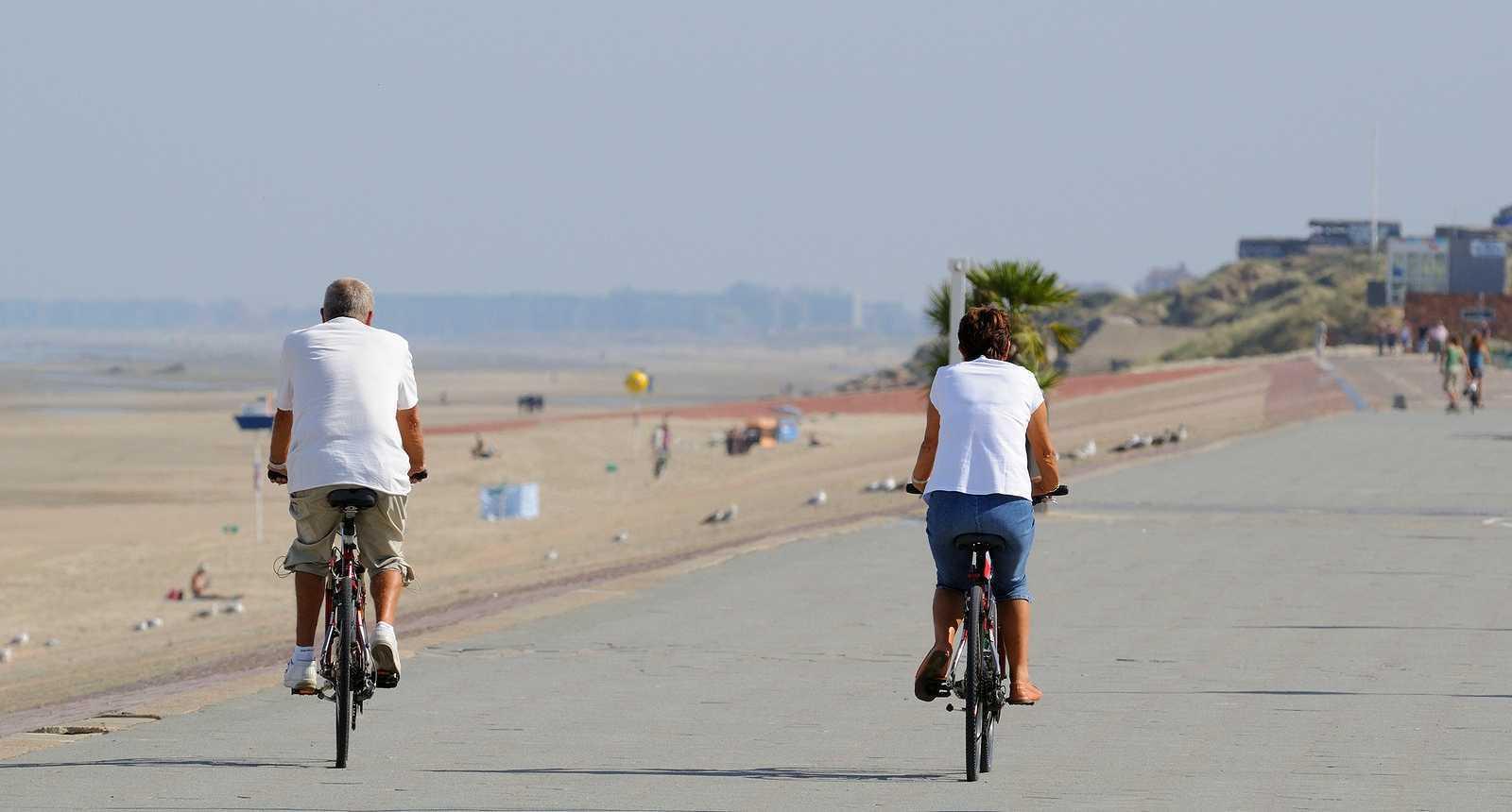 Cyclistes au bord de la plage à Dunkerque