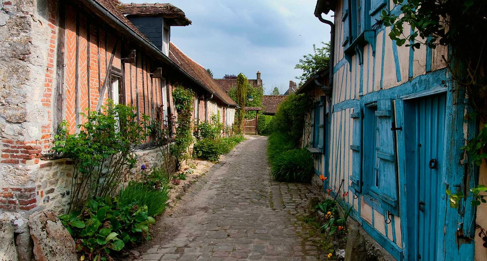 Petite rue du village de Gerberoy
