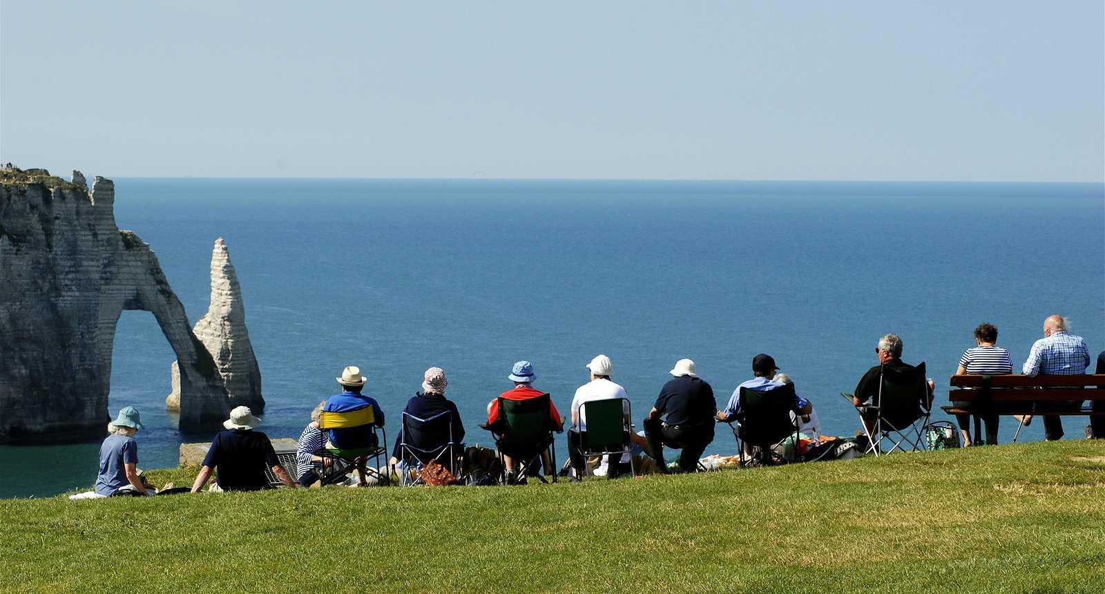 Touristes sur les falaises à Étretat