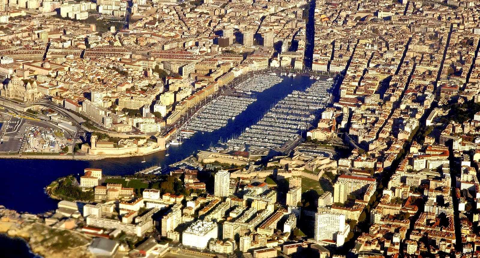 Vue aérienne sur le Vieux Port de Marseille