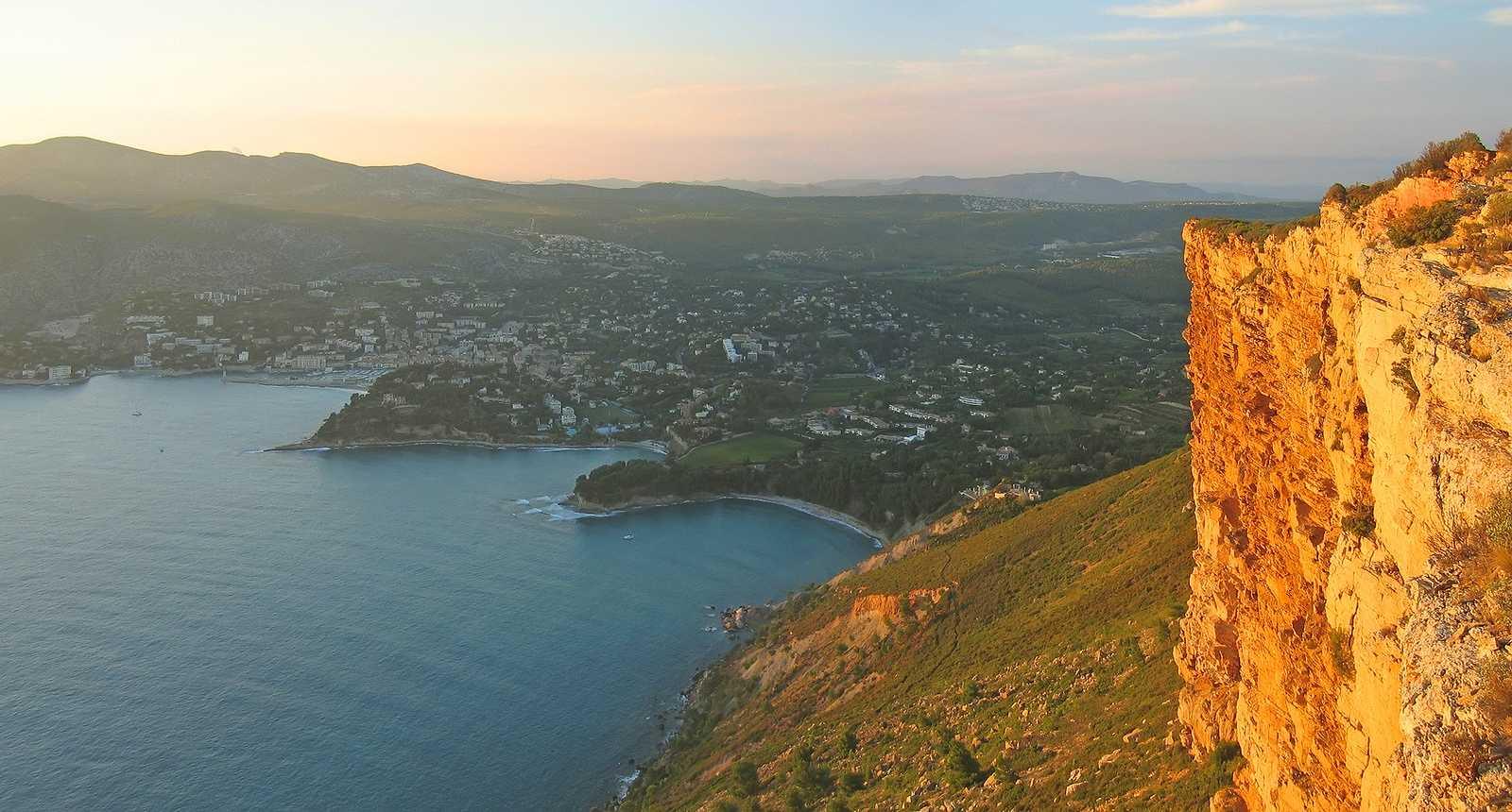 Vue sur la ville de Cassis depuis la falaise du Cap Canaille