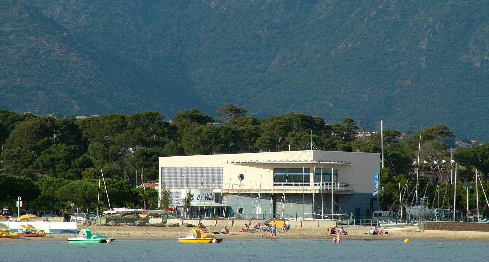 La plage et le club de voile de Bormes-les-Mimosas