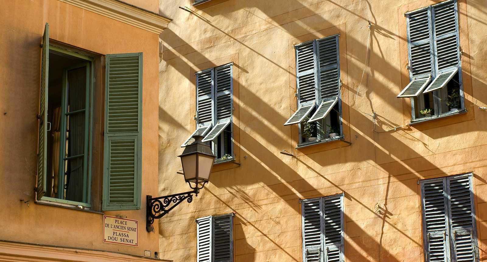 Façades de la Place de l'Ancien Sénat à Nice