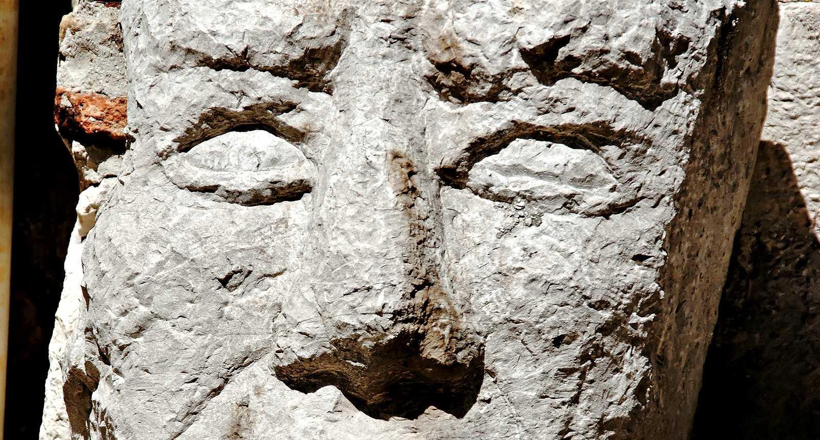 Sculpture d'un visage en pierre à La Turbie